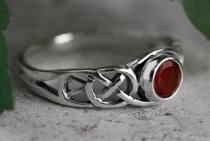 Keltischer Damenring ~ TÂMIA ~ Roter Kristall - Silber - Windalf.de