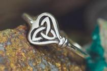 Zarter Keltischer Ring ~ TRYLA ~ h: 0.7 cm - Trinität im Herzen - Silber - Windalf.de