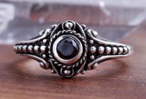 Asatru Damen Silberring ~ AMARA ~ h: 0.8 cm - Wikinger Schmuck Ring - Schwarzer Kristall - Vintage Silber - Windalf.de