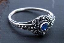 Asatru Damen Silberring ~ AMARA ~ h: 0.8 cm - Wikinger Schmuck Ring - Dunkelblauer Kristall - Vintage Silber - Windalf.de